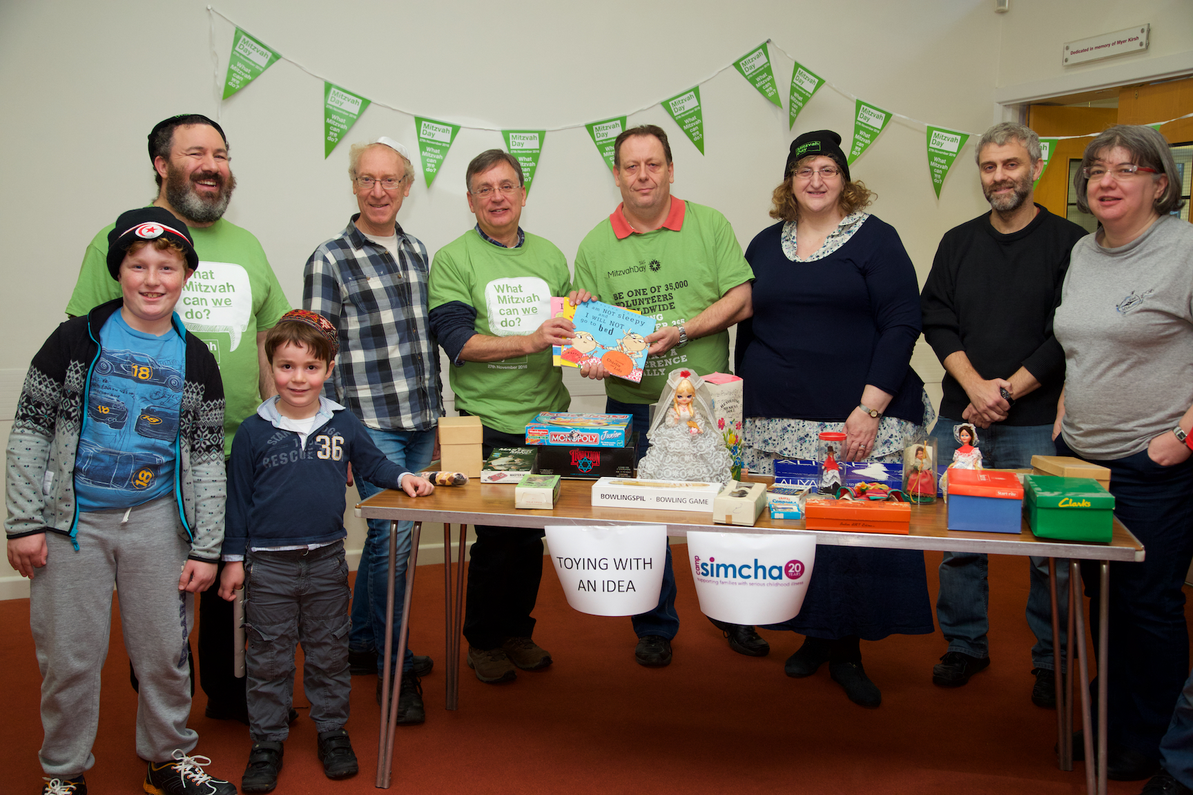 barnet-mitzvah-day-andrew-dismore-am-with-some-mitzvah-day-attenedees-including-amanda-jackson-chairperson
